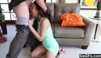 Süßes Mädchen Lina junge schöne babe masturbating gepiercte Muschi