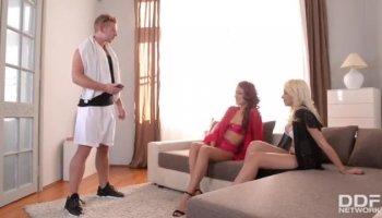 Versaute Brünette fingert sich den Arsch mit Sextoys
