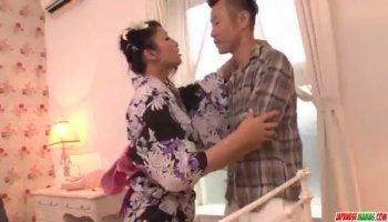 Babe bekommt ihr Arschloch mit einem Dildo penetriert