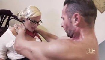 Tranny legt zurück und lässt geile Freundin saugen ihre penis
